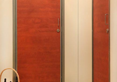 afm-0270_Orange Kellertüren mit Korb leere Flaschen