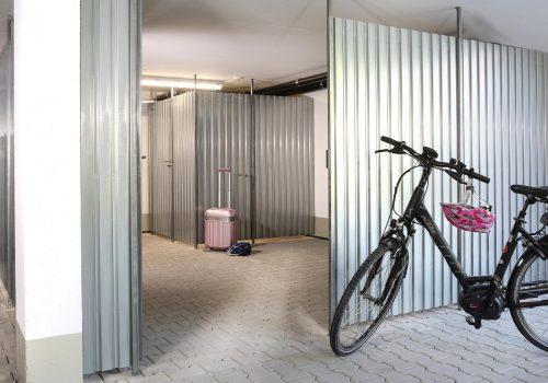 Blickdichte Metallwand mit Velo und Koffer K1600_20--21 (003)