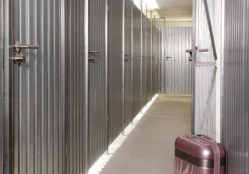afm Stahlwand mit Koffer vor offener Türe K1600_20--88 (003)
