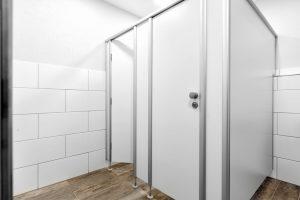 WC-Trennwände und sanitäre Trennwände für WC-Kabinen und Umkleidekabinen von CATO