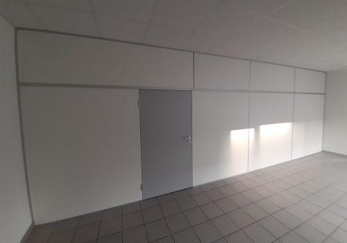 Raumwand Physio mit grauer Tür