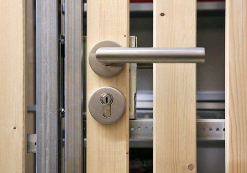 Kellertüre aus Holz mit Drlückergarnitur von www.business-supporter.ch